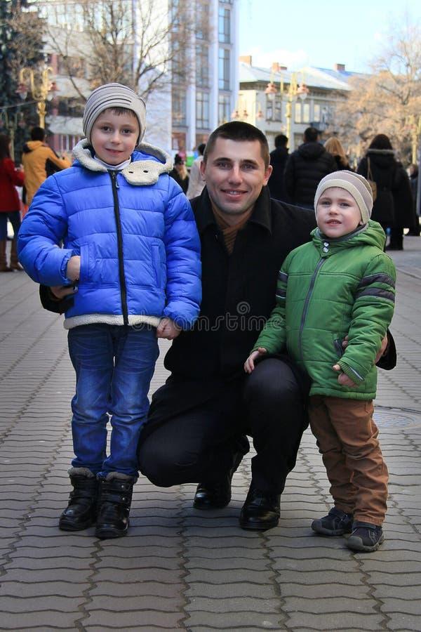 Ritratto delle foto di famiglia contro le vie della città immagini stock