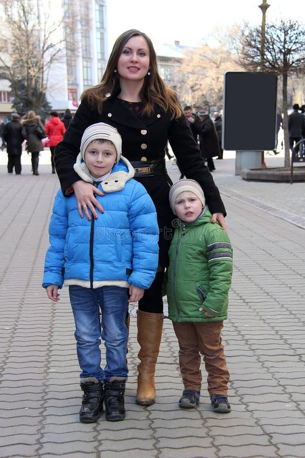 Ritratto delle foto di famiglia contro le vie della città fotografia stock