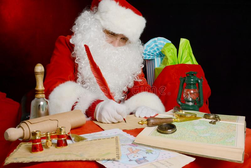 Ritratto delle lettere di risposta di Natale di Santa Claus fotografia stock