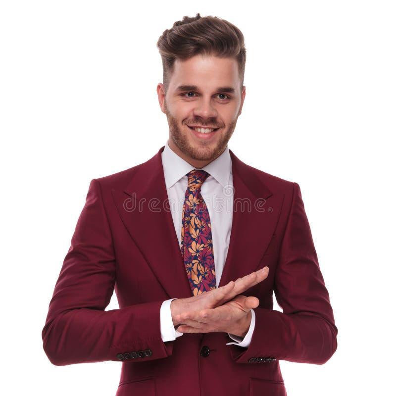 Ritratto delle palme di lucidatura dell'uomo d'affari felice insieme immagini stock