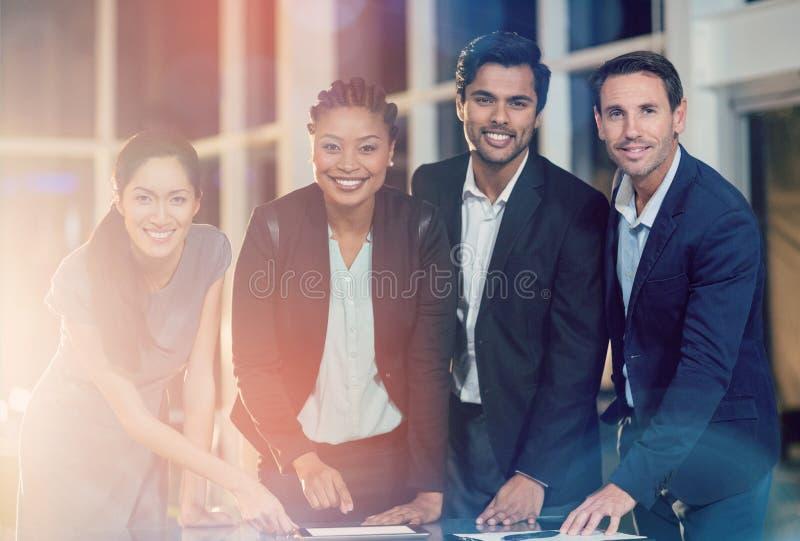 Ritratto delle persone di affari che discutono insieme sopra la compressa digitale fotografia stock