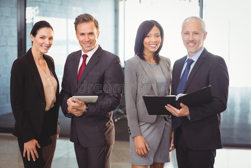 Ritratto delle persone di affari felici con l'archivio e la compressa digitale fotografie stock libere da diritti