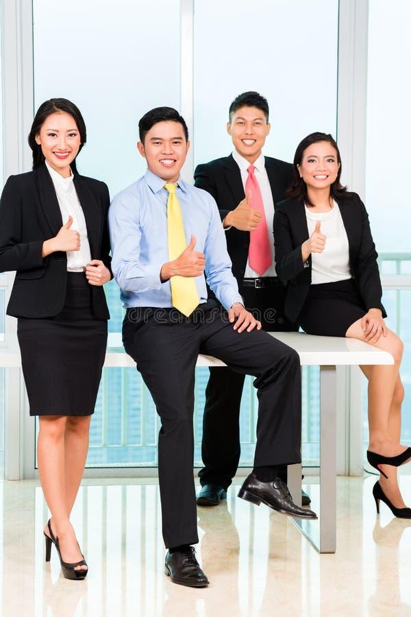 Ritratto delle persone di affari nell'ufficio fotografia stock libera da diritti