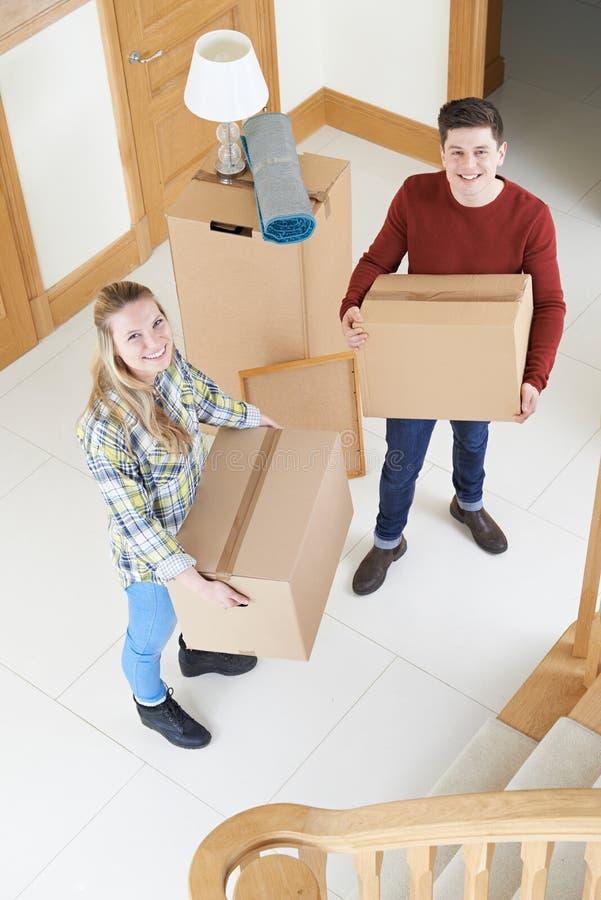 Ritratto delle scatole di trasporto delle giovani coppie sul muoversi nel giorno fotografia stock libera da diritti