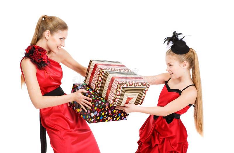 Ritratto delle sorelle con un contenitore di regalo fotografia stock