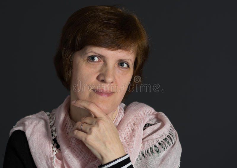 Ritratto dello scialle d'uso della bella donna caucasica matura immagini stock