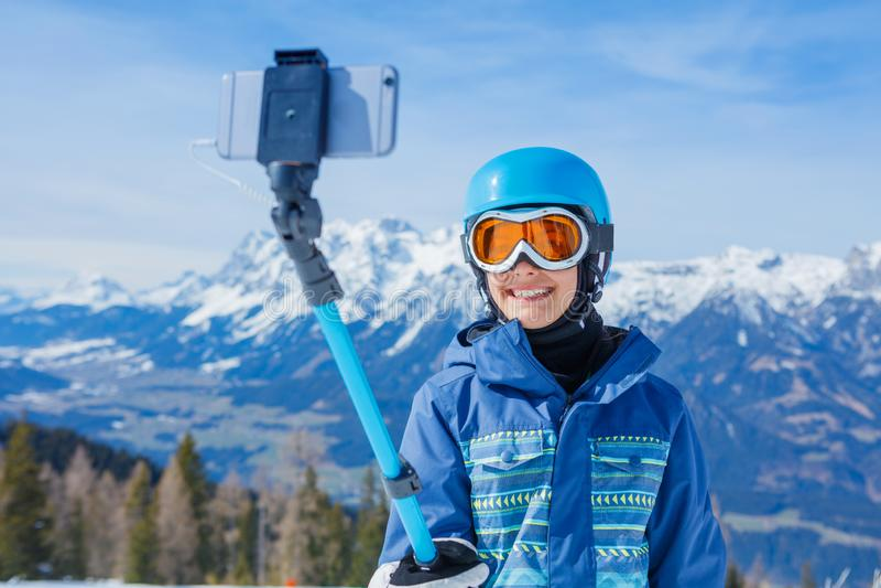Ritratto dello snowboarder della ragazza che fa selfie nella stazione sciistica di inverno immagine stock