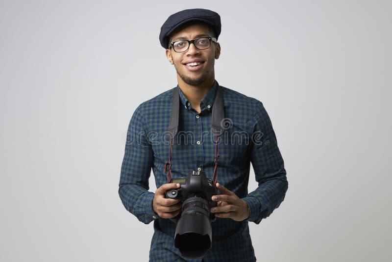 Ritratto dello studio del fotografo maschio With Camera fotografia stock