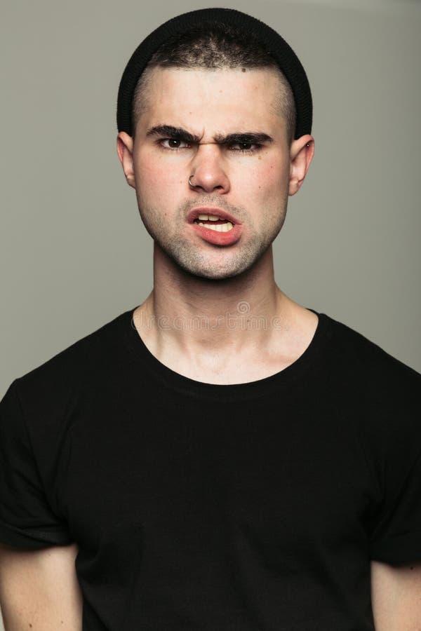 Ritratto dello studio dell'uomo arrabbiato provocatorio fotografie stock libere da diritti