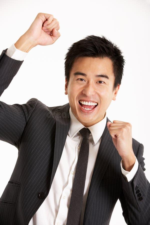 Ritratto dello studio dell'uomo d'affari cinese che celebra immagine stock libera da diritti
