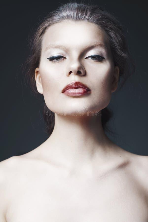 Ritratto dello studio di bella donna immagini stock