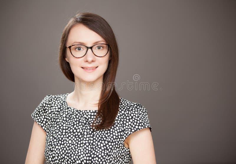 Ritratto dello studio di bella giovane donna immagini stock