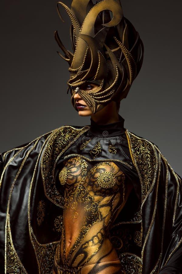 Ritratto dello studio di bello modello con body art dorato della farfalla di fantasia immagini stock libere da diritti