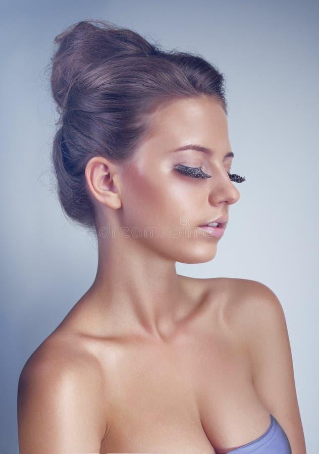 Ritratto dello studio di giovane donna con i cigli lunghi fotografia stock libera da diritti