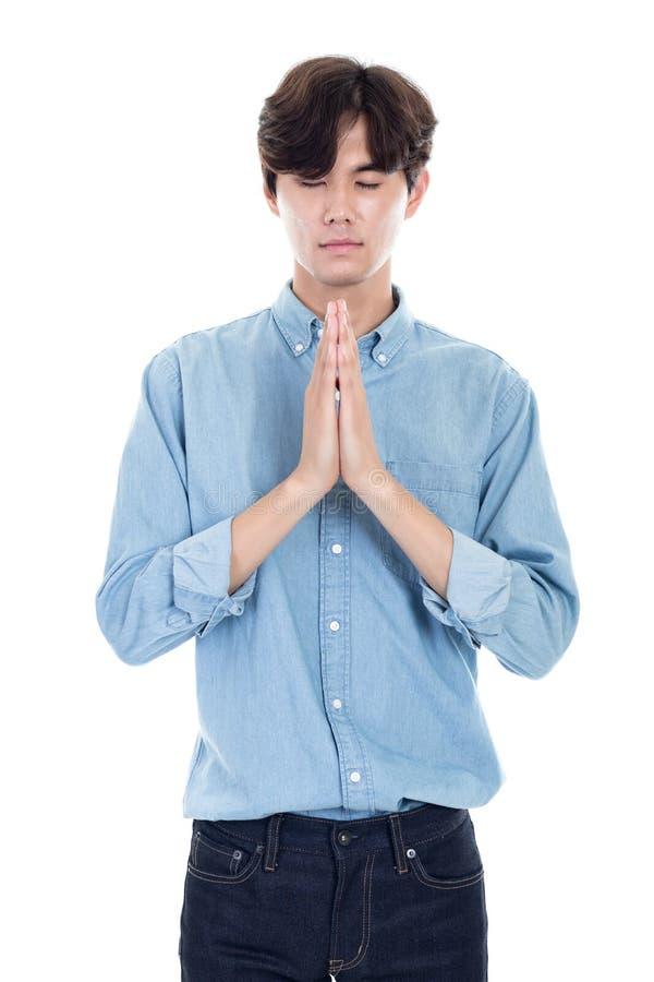 Ritratto dello studio di giovane pregare maschio asiatico fotografia stock libera da diritti