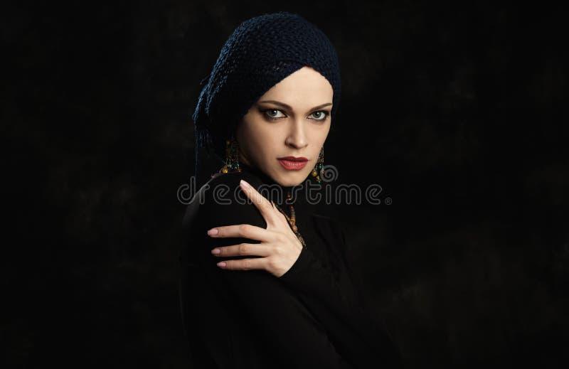 Ritratto dello studio di modo di bei gioielli d'uso della donna elegante immagini stock