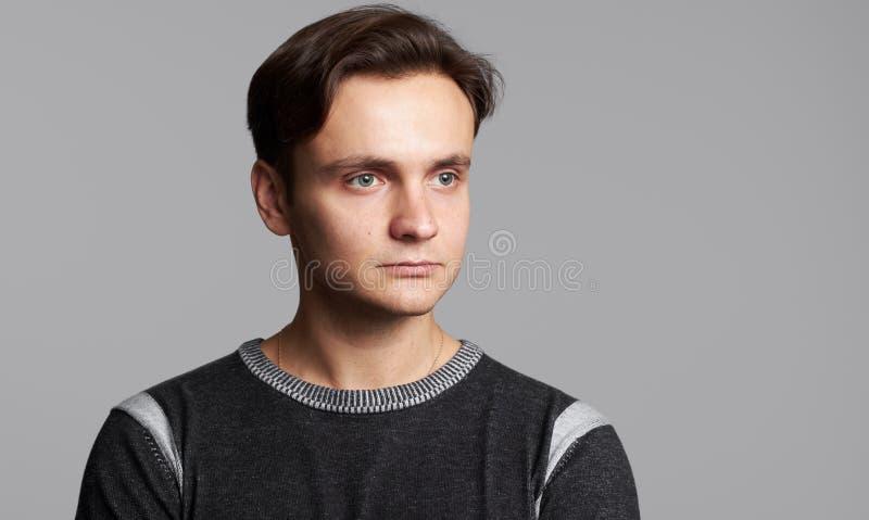 Ritratto dello studio di un distogliere lo sguardo bello dell'uomo fotografia stock