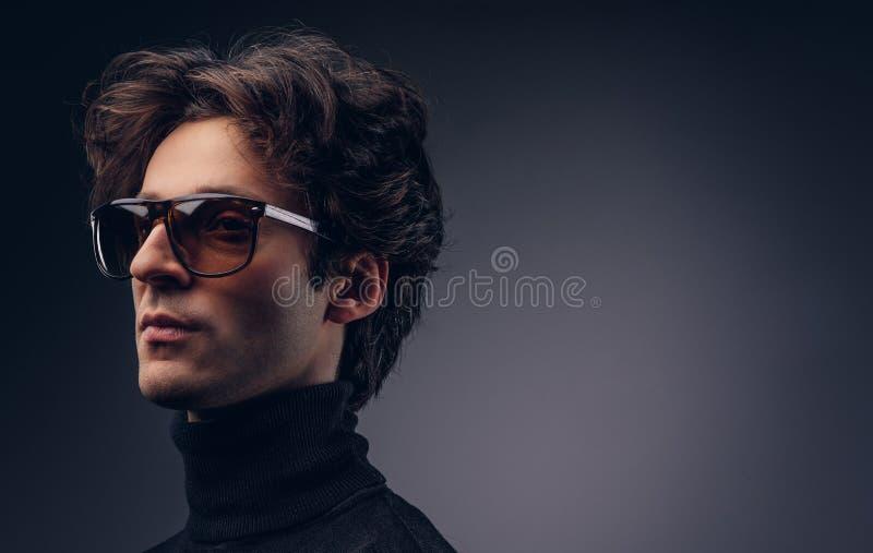 Ritratto dello studio di un maschio macho sensuale con capelli alla moda in una b fotografie stock libere da diritti