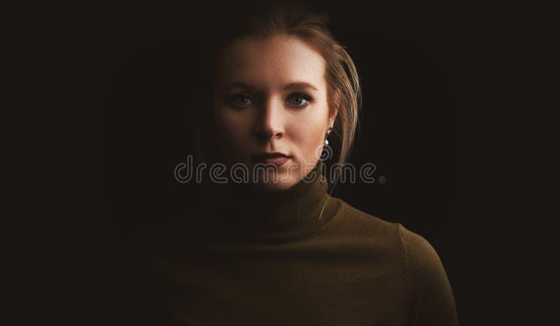 Ritratto dello studio di una donna graziosa fotografia stock