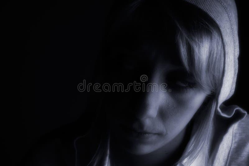 Ritratto dello studio di una ragazza bionda lunga nello scuro immagine stock