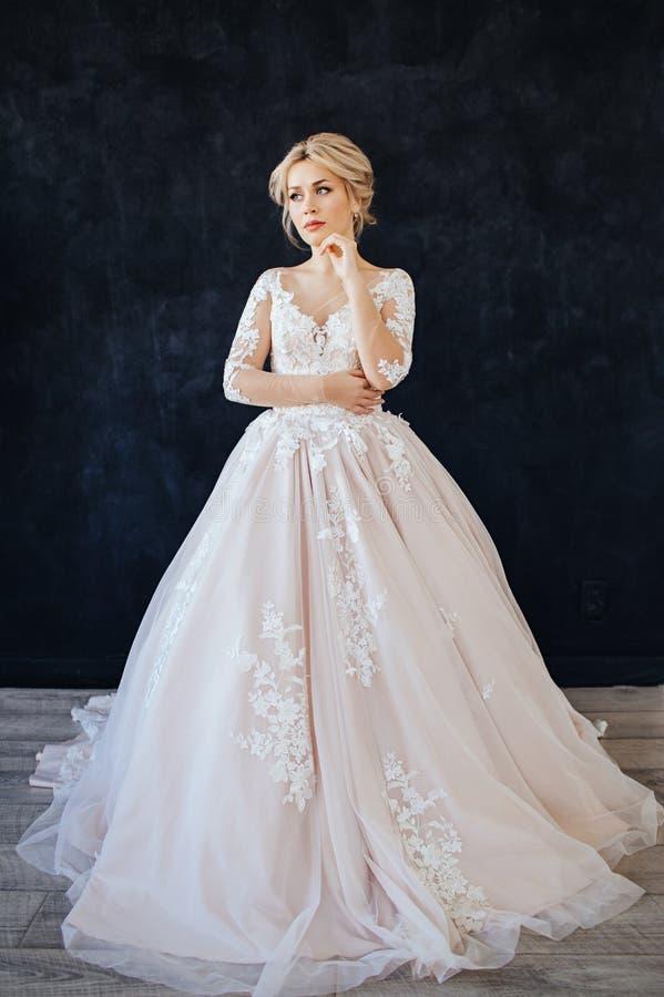 Ritratto dello studio di una ragazza della sposa con trucco e la pettinatura professionali di nozze fotografia stock libera da diritti