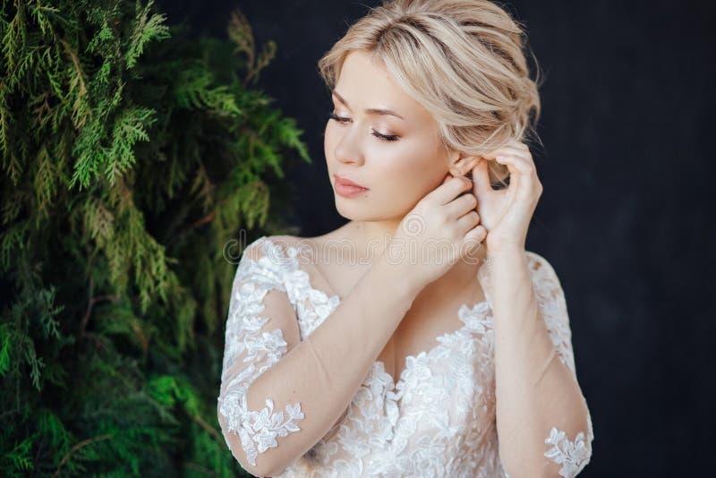 Ritratto dello studio di una ragazza della sposa con trucco professionale di nozze fotografie stock
