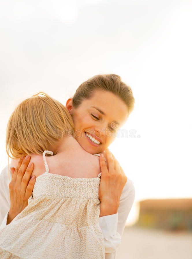 Ritratto di abbracciare della neonata e della madre fotografia stock