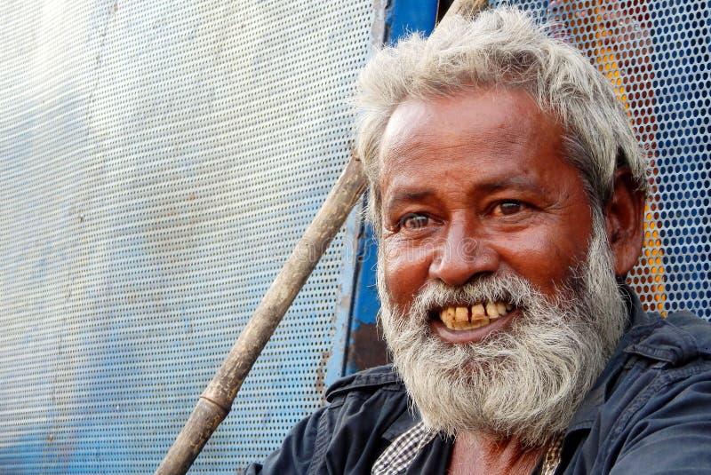 Ritratto di aiuto o delle elemosine indiano difficile senza tetto senior di ricerca dell'uomo all'entrata del tempio indù, immagine stock libera da diritti