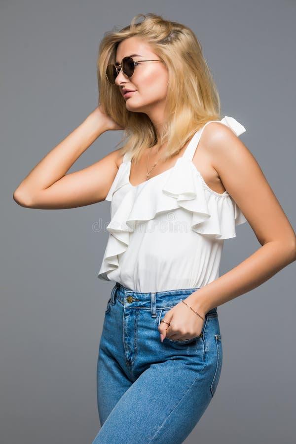 Ritratto di alta moda di giovane donna elegante sul colpo grigio dello studio immagini stock