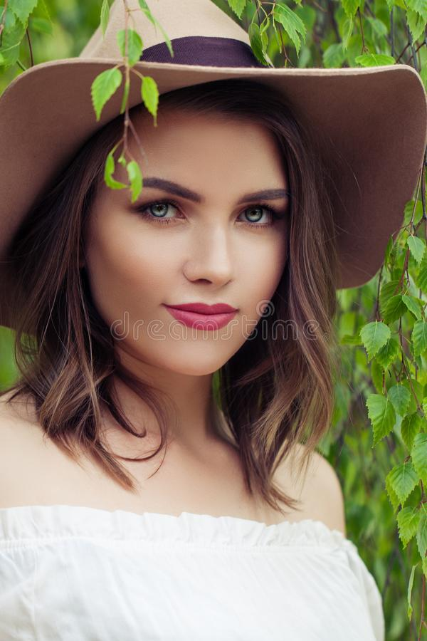 Ritratto di aria aperta del primo piano del fronte della giovane donna Ragazza graziosa in cappello fotografia stock libera da diritti