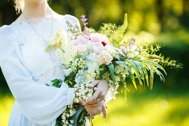 Ritratto di arti di una ragazza in vestito d'annata bianco fotografie stock
