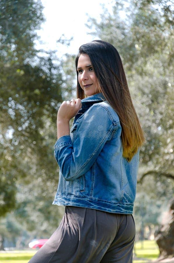 Ritratto di autunno della donna Ragazza di modo esterna Donna di autunno divertendosi al parco ed a sorridere immagini stock libere da diritti