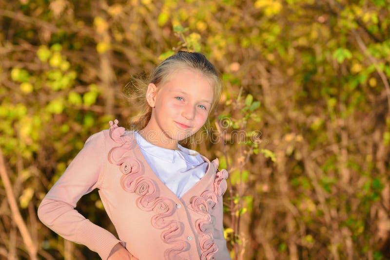 Ritratto di autunno di una ragazza nel parco sotto il sole uguagliante fotografia stock