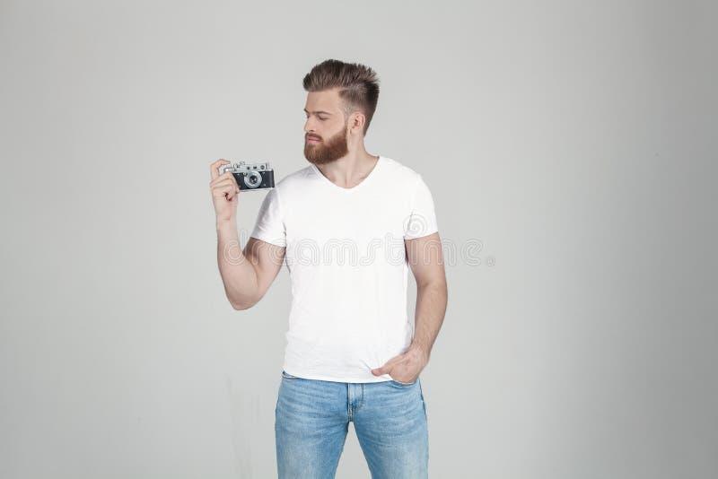 Ritratto di bei pantaloni a vita bassa sexy vestiti in una maglietta bianca E immagini stock libere da diritti
