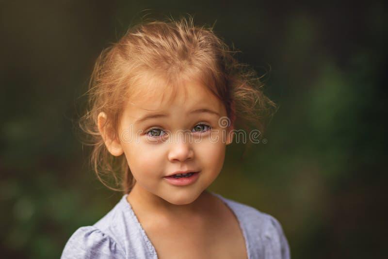 Ritratto di bella bambina all'aperto, emozioni immagini stock libere da diritti
