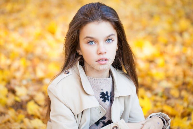 Ritratto di bella bambina castana, aria aperta del parco di autunno immagine stock