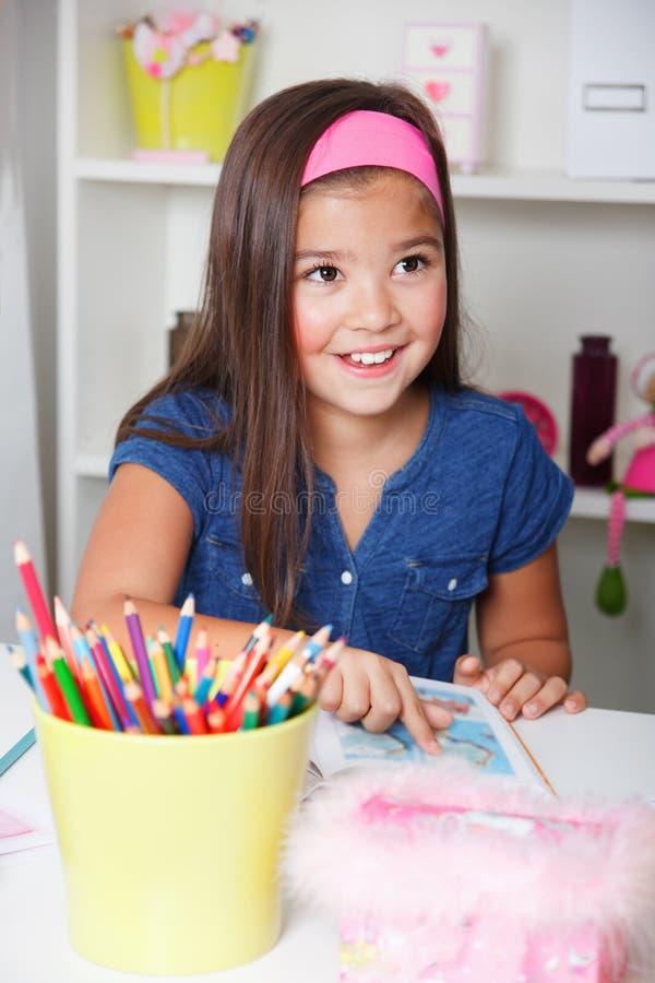 Ritratto di bella bambina che legge un libro fotografia stock