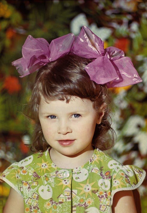 Ritratto di bella bambina con gli archi fotografia stock libera da diritti