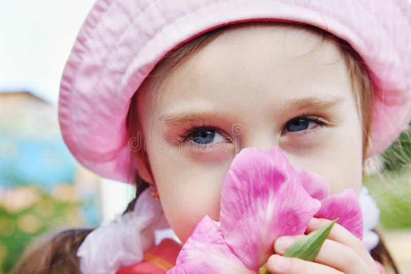Ritratto di bella bambina con il fiore della peonia fotografia stock libera da diritti