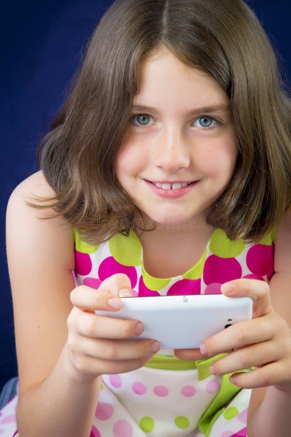 Ritratto di bella bambina con il telefono cellulare fotografie stock libere da diritti