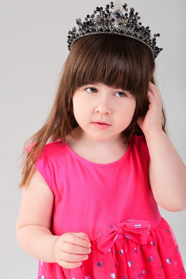 Ritratto di bella bambina in vestito rosa da principessa con Cr immagine stock libera da diritti
