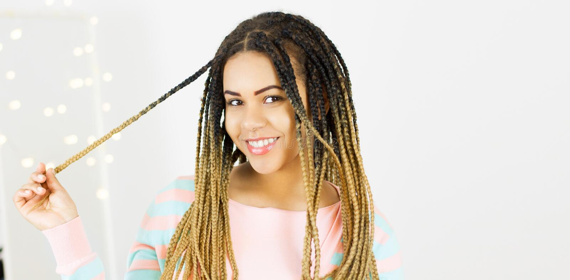 Ritratto di bella condizione afroamericana positiva della donna di colore e dello spazio di filatura della copia dei capelli fotografie stock libere da diritti