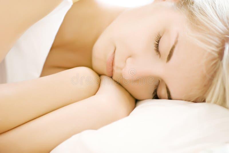 Ritratto di bella donna addormentata (poco profonda faccia fotografia stock libera da diritti