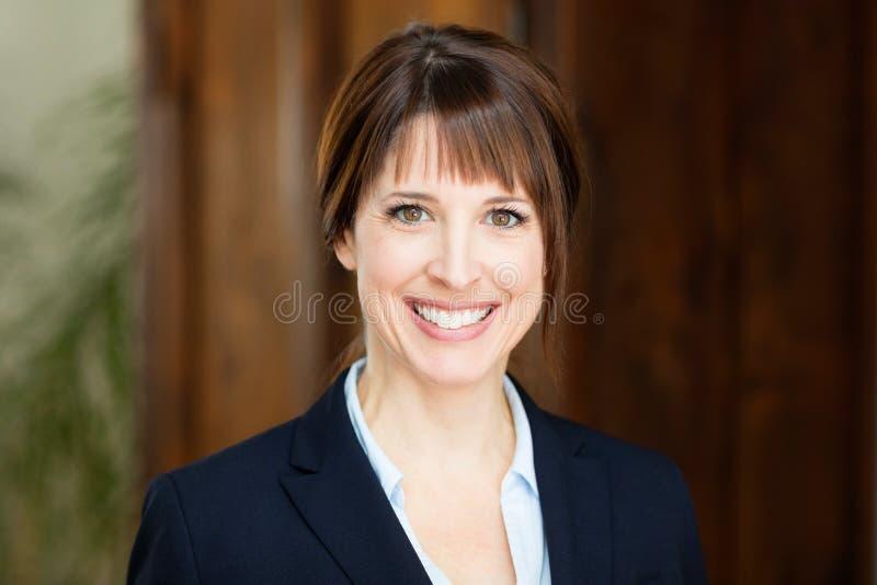 Ritratto di bella donna di affari che sorride alla macchina fotografica fotografia stock libera da diritti