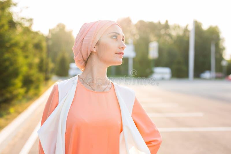 Ritratto di bella donna araba che indossa Hijab, ragazza musulmana fotografie stock libere da diritti