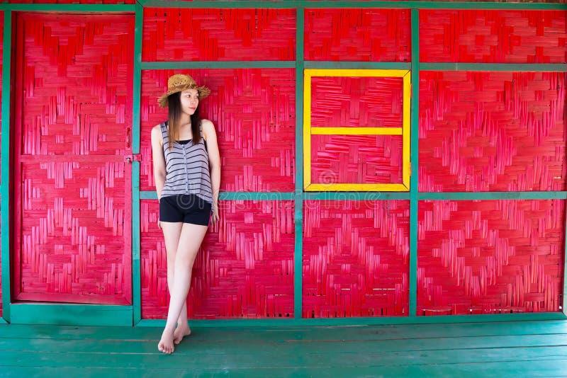 Ritratto di bella donna asiatica che si rilassa nella casa del cottage immagini stock libere da diritti