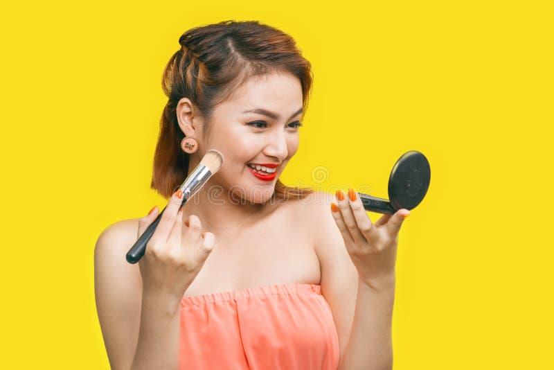 Ritratto di bella donna asiatica con la spazzola di trucco vicino al suo fac fotografia stock libera da diritti