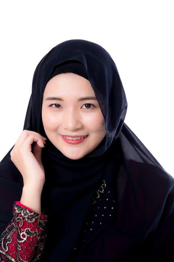 Ritratto di bella donna asiatica musulmana isolata su fondo bianco immagine stock libera da diritti