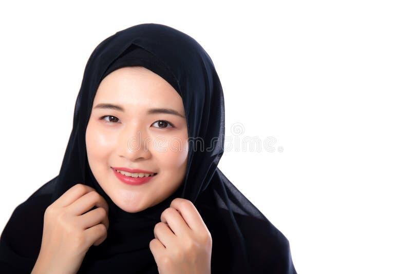 Ritratto di bella donna asiatica musulmana isolata su fondo bianco fotografia stock