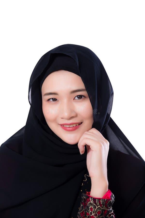 Ritratto di bella donna asiatica musulmana isolata su fondo bianco immagine stock